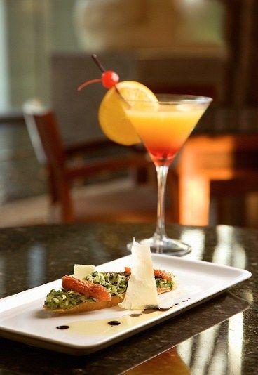 """Recette de cocktail de fruits : cocktail de fruits, cocktail orange, ananas et pamplemousse, recette de cocktails de fruits - Apéritif dinatoire facile: recettes chic pour un apéritif dinatoire facile - Pas d'apéro festif sans cocktail ! Pour """"porter un toast"""" (au sens littéral), pensez à préparer une jolie tartine. Sur le toast, on étale un mélange de courgette râpée et de jus de citron..."""
