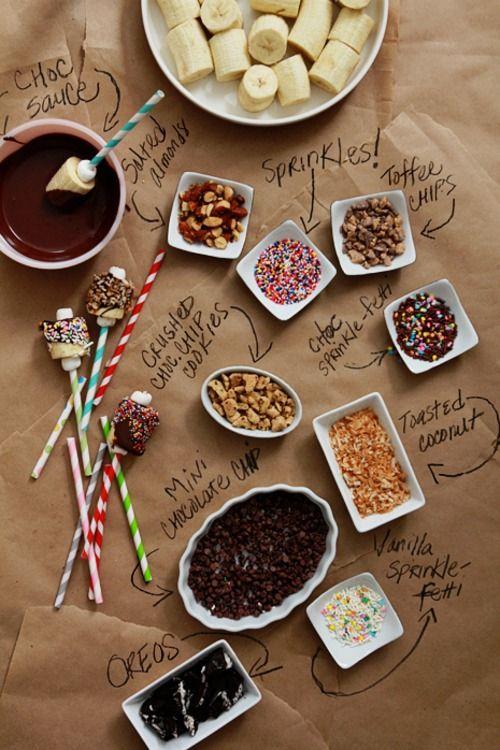 Voici une super idée qui amusera les enfants au goûter ! Une fondue au chocolat avec des bananes en brochettes !