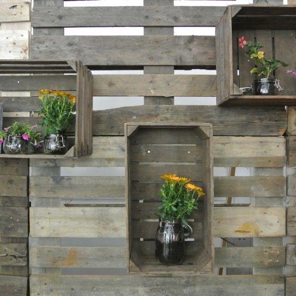 Stage backdrop idea Fraai Projecten - Dit meubilair kenmerkt zich door het stoere sloophout en frisse witte planken.  Deze stijl kunt u perfect combineren met diverse decoritems zoals houten kratjes en kistjes.