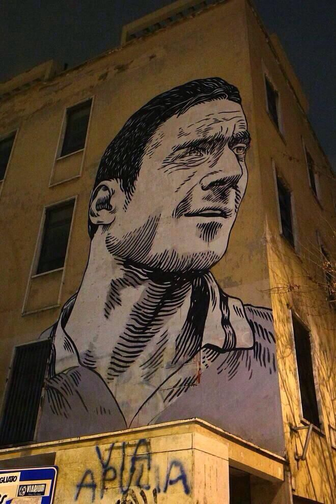 A new mural was dedicated to Roma captain Francesco Totti. It is located on the facade of the 'Scuola Pascoli' in the San Giovanni district of Rome. 2014