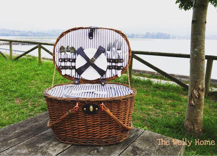 Cesta de picnic stripes de The Welly Home para cuatro personas www.thewellyhome.com