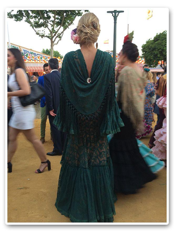 María León con vestido de Pepa Garrido disfrutando de la Feria de Sevilla