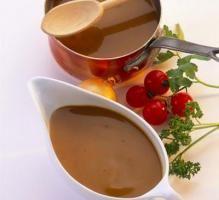 SAUCE ARMORICAINE - Une sauce pour accompagner les poissons (lotte - lieu noir etc..) 3 c à s de concentré de tomate, 2 clous de girofle, 2 verres de vin blanc, 4 c à s de crème, 20 g de farine, 3 c à s de persil et d'estragon, poivre de cayenne, 2 gousses d'ail, 1 verre de cognac, 4 cubes bouillons de fumet de poisson, 2 gousses d'ail, 1 oignon, 2 échalotes, 1 feuille de laurier, 1 branche de thym, 25 g de beurre, 60 cl d'eau)