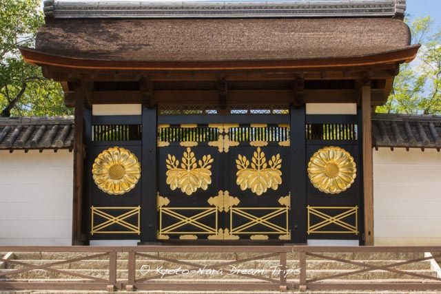 Karamon (Chinese gate) at the Daigo-ji Temple (醍醐寺) in Kyoto! The Karamon is the special gate which opened the doors only when the Imperial messengers visited. It was entirely black-lacquered and employed four large chrysanthemum and paulownia motifs plated with gold when it was built. Its gorgeous design reflects the atmosphere in the Momoyama period (1568-1615).