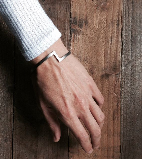Chevron Armband minimal Armband von MOLOKOplusJEWELRY auf Etsy
