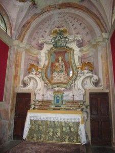 Madonna del latte di Debbio-Dipinto da autore sconosciuto, l'affresco Madonna che allatta seduta in trono, ricoperto da un drappo rosso; tiene il Bambino Gesù con la destra, mentre nell'altra mano ha un rametto di rose. Realizzato i sulla parete interna  Abbadia, nel 1755 è staccato e spostato nella nicchia sopra l'altare. Dal 1760 è protetto da un vetro con cornice dorata; un recente restauro ci ha restituito la Madonna del latte com'era (il seno nel corso del 1800 era stato coperto).
