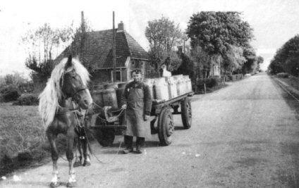 """De melkrijder Lammert Everts op weg met lege melkbussen van de fabriek """"Freia"""" te Veenwouden"""
