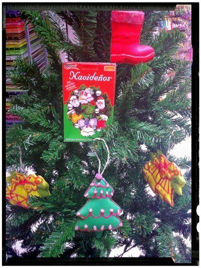 Con los moldes thikas y un poco de goma eva puedes for Adornos navidenos que pueden hacer los ninos