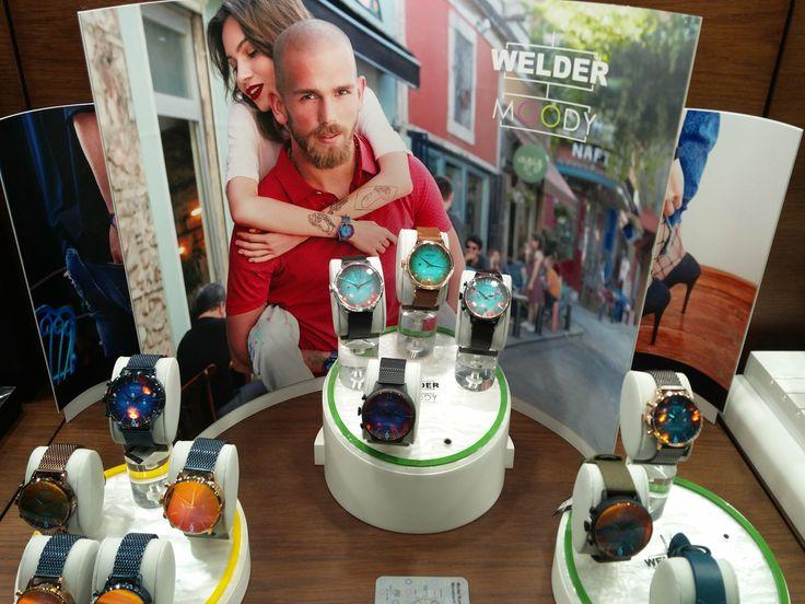 Νέα μοντέρνα ρολόγια WELDER με φωτοχρωμικά ιριδίζοντα κόκκινα κρύσταλλα και καντράν σε μπλε/πράσινες/πορτοκαλί αποχρώσεις που δημιουργούν ιδιαίτερα χρωματικά εφέ που μεταβάλλονται σαν τη διάθεσή μας   Τσαλδάρης στο Χαλάνδρι #welder #moody #watces