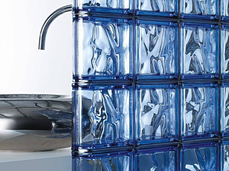des cloisons de salle de bains en briques de verre leroy merlin id es salle de bain. Black Bedroom Furniture Sets. Home Design Ideas