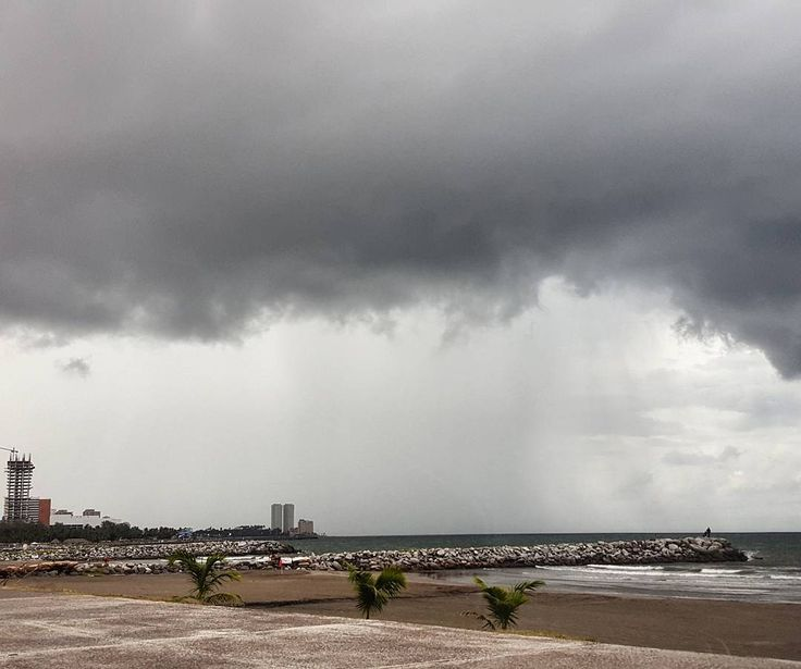 La espectacular naturaleza nos regala estos escenarios en el puerto de #Veracruz  #travel #trip #mexico #clouds #nubes #rain #lluvia #landscape #beach #summer #photo #instamoment #sunset #jarochilandia #nature #beautiful #gray #tormenta