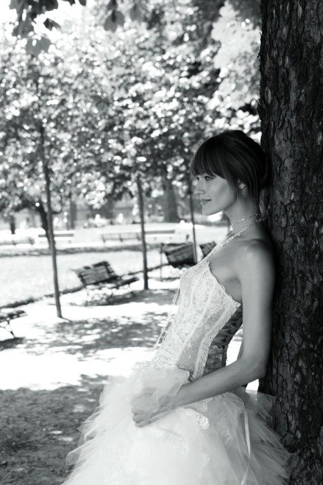 Suknia z eleganckim dekoltem na plecach. Lekko drapowany, przeźroczysty gorset nadaje seksapilu kreacji.