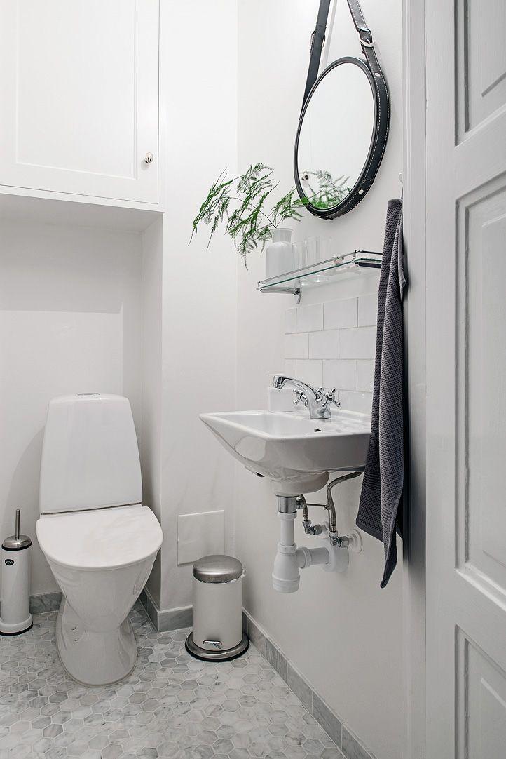 Underbart 1920-tals badrum med klassiska och tidlösa detaljer; vita kakel i 7,5x15cm, carraramarmor och platsbyggd badrumsmöbel med tvättmaskin!