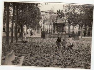 Monumento de Isabel la Católica y Colón en su antigua ubicación del Paseo del Salón. Granada, 22 de febrero de 1947. Archivo de IDEAL