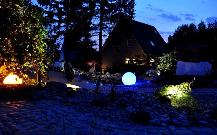 Superb Die Kugelleuchten h llen den Garten in einen samtigen Lichtschleier Diese ganz besondere Atmopsh re l dt zum