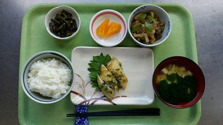 10月28日。魚のネギ味噌焼き、炒り鶏、春雨のサラダ、豆腐とホウレン草のすまし汁、ネーブルです!魚のネギ味噌焼きが特に美味しかったです!637カロリーでした