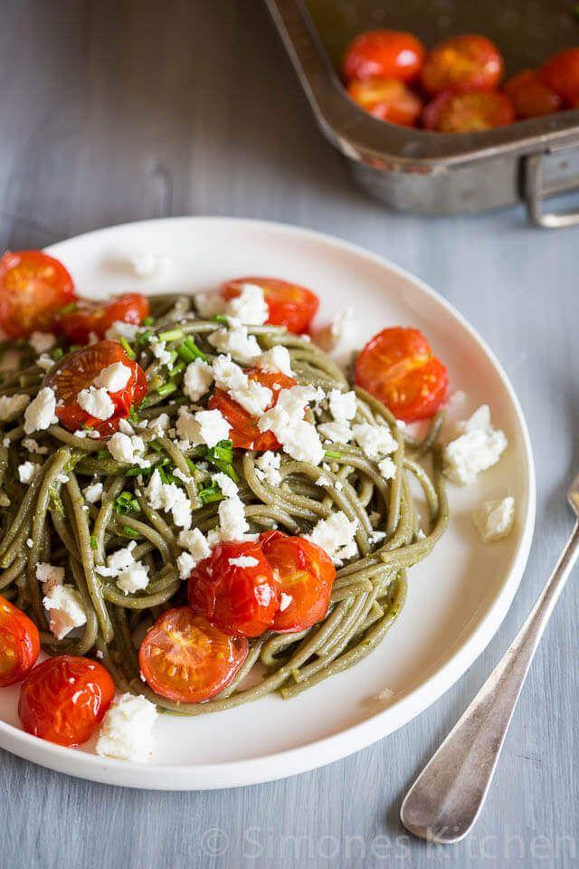 Een eenvoudig recept met spelt spaghetti, feta, geroosterde tomaten en pesto. Vegetarisch en superlekker