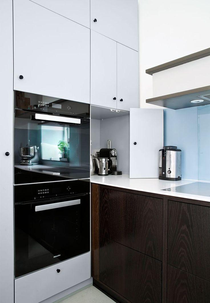 Køkkenmaskinerne kan gemmes væk  © Christina Kayser Onsgaard  http://bobedre.dk/boliger/tilbage-til-raekkehusets-fremtid