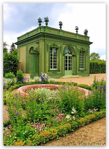 Thank you @Monica Forghani Forghani Michelle  It looks like the fleurs have grown back since that storm years ago. Greater Paris, Versailles Grand Parc