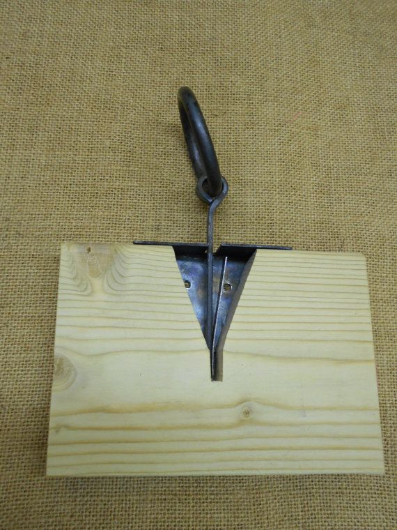 een hand gesmeed met de hand gemaakt van borst lock kit ontworpen om achteraf te monteren op de meeste kisten met een platte top, geleverd met vaststelling van nagels en volledige instructies en een scherpe patroon gemaakt van hout, sommige houtbewerking vaardigheid wordt vereist om dit item vast te stellen. enkele veermechanisme met eenvoudige spike sleutel geleverd aan elke dikte van de borstwand. gemaakt door daegrad tools, sheffield Engeland  Gelieve aan te geven borst wanddikte en…