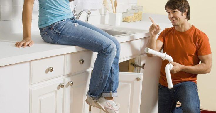 Cómo doblar tuberías de PVC. Doblar la tubería de PVC para un proyecto del hogar o alguna instalación subterránea es una forma asequible de manipular la tubería rígida de plástico. El uso final del tubo dictará el tamaño del radio del doblez. Una regla de oro es usar una lata de un galón (3,8 l) de pintura como forma de doblado para un tubo de una pulgada (2,5 cm) de ...