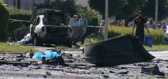 Neďaleko centra Žiaru nad Hronom včera ráno vybuchlo auto. Sedel v ňom 29-ročný miestny poslanec Marek Rakovský. Auto explodovalo na rušnej ulici len niekoľko metrov od základnej školy. Mladý muž zraneniam na mieste podľahol. Vrátili sa mafiánske praktiky 90-tych rokov? Viac na http://tvnoviny.sk/sekcia/domace/archiv/tu-su-prve-spekulacie-o-motivoch-ukladnej-vrazdy-mareka-rakovskeho.html (Foto: TV Markíza)