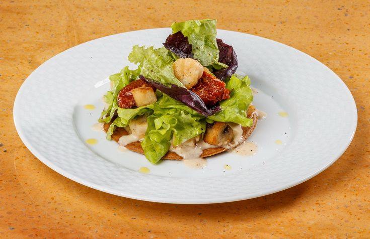 Salad of scallops with tomato