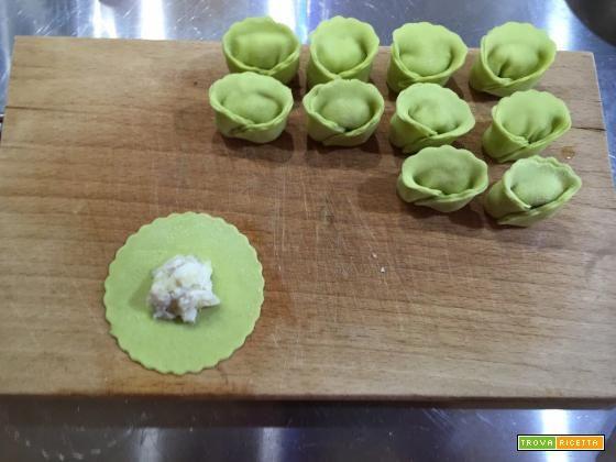 Tortelloni alle fave ripieni di cernia, su vellutata di patate alla curcuma e pomodoro all'aglio - Oggi cucina...Emanuele  #ricette #food #recipes