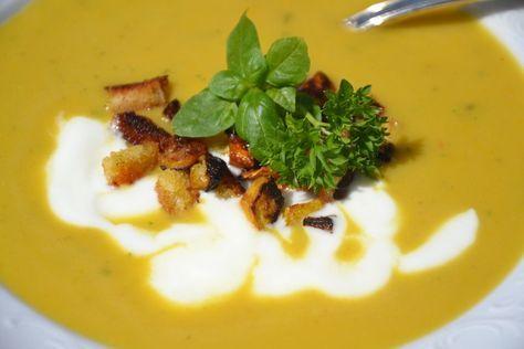 Nichts geht im Sommer über eine kalte, erfrischende Suppe, wie diese aus Zucchini mit Joghurt.