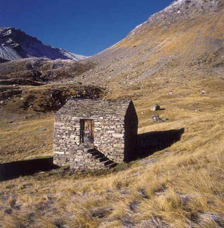 Restoration of a ruined farmhouse in the Alps Martino Pedrozzi