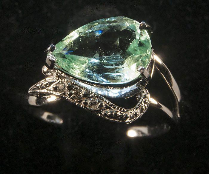 14 k wit gouden ring met diamanten en IGI gecertificeerde Emerald 199 ct. grootte 175  Gouden ringmaat 175 met IGI gecertificeerde natuurlijke groene Emerald van 199 ct.Het totale gewicht 275 g.Als nieuw!De grootte van de emerald is bepaald op certificering van 1132 x 77 x 984 x 398 mm.diamanten 13 mm totale gewicht 0.024 ct.Natuurlijke/Lab-gemaakt: natuurlijkeCut: peer fancyKleur: sparkling lichtgroenTransparantie: transparantBehandeling: enige oppervlak is de standaardbehandeling voor…