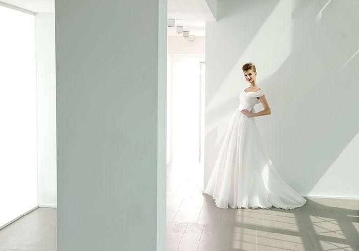 Collezione EP 2014 - Elisabetta Polignano: abito da sposa bianco che scivola sui fianchi #wedding #weddingdress #weddinggown #abitodasposa