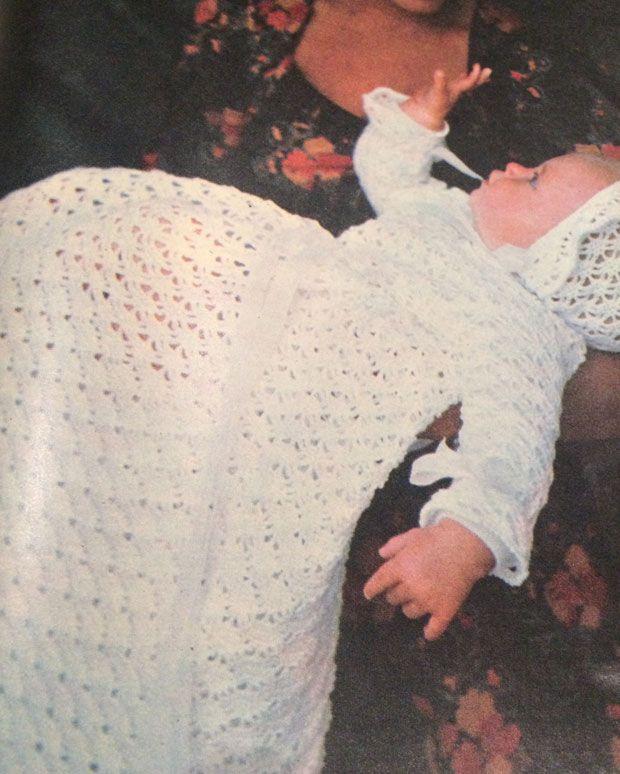 Arkivet byder på mange smukke opskrifter. I Hendes Verden nr. 7/1976 har vi fundet opskriften på den kæreste dåbskjole og kyse.
