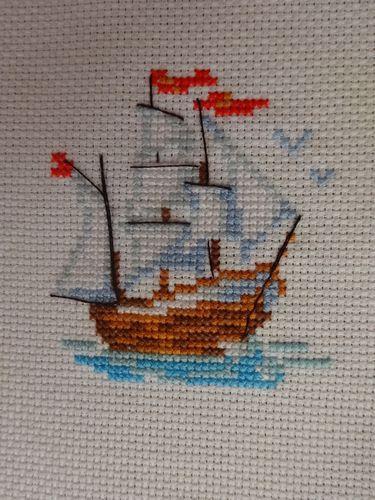 Het zeilschip is helemaal klaar om uit te varen. Ik heb het met veel plezier geborduurd. Hoe vind je het?   Of ik er een kaart van ga make...