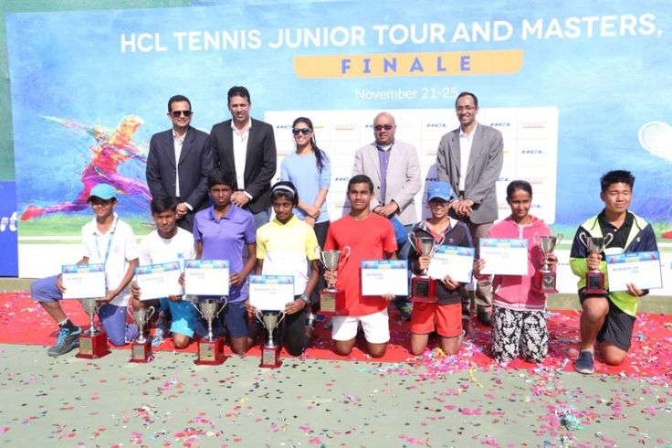 final-mahesh-bhupathi-with-roshni-nadar-malhotra-and-the-winners-runners-up-of-hcl-tennis-junior-tour-masters