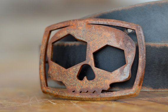 Un de nos best-seller ceinture boucles de tous les temps. Cette boucle tête de mort est extra génial, car le œil fou se double d'un décapsuleur. Nous offrons une variété de couleurs d'émail cru, avec goût en détresse.  Cette boucle rectangle arrondi mesure 3,5 x 2,5 pouces et trouvera sa place sur n'importe quelle ceinture de pression.  Vous n'avez une ceinture? Nous faisons ceux trop! https://www.etsy.com/shop/FosterWeld?section_id=5082071&ref=shopsection_...