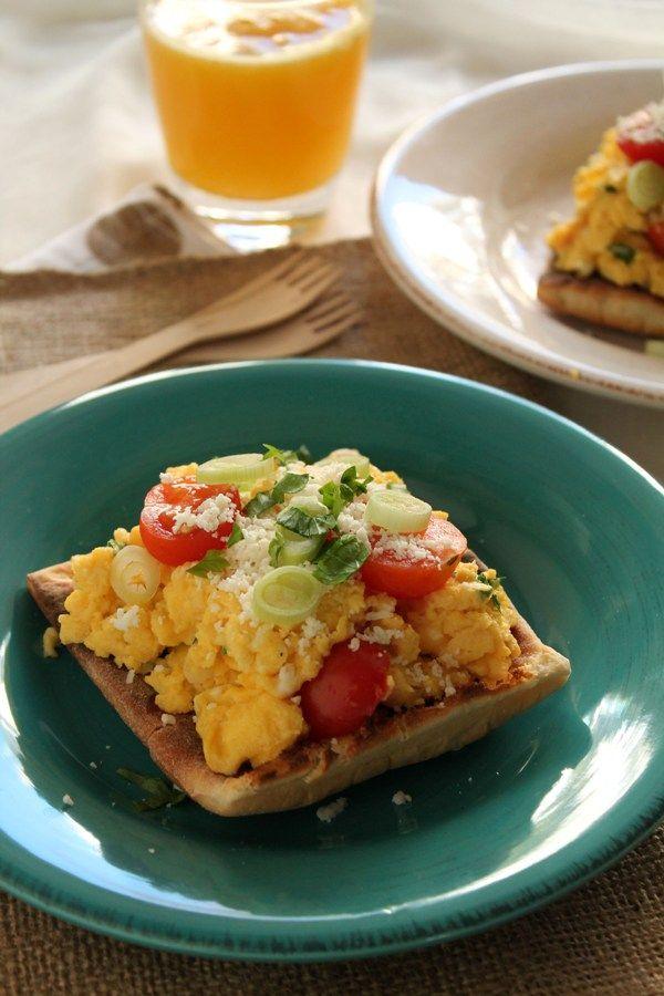 Στην κουζίνα των γεύσεων: Αυγά σκραμπλ με φρέσκο κρεμμυδάκι, ντοματίνια και γραβιέρα