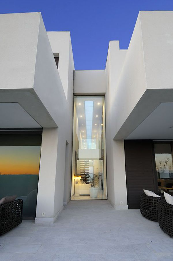 Camarines House consisting of two parallel plans with vertical lines cross the construction like a double architectonic skin which becomes the leitmotiv of the property.