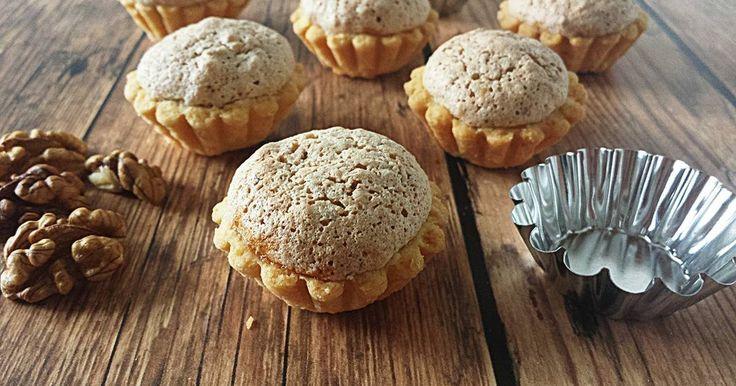 Mennyei Diós kosárka recept! Régi lakodalmas süti, amit szerintem mindenki ismer. Ha nem lenne kissé időigényes az elkészítése, szívem szerint két naponta sütném annyira szeretem. :)