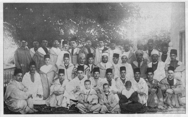 Célebration de la libération des détenus en 1932. Assis de d. à g.: A.Maâninou, Saïd Hajji, B. Kadiri 4, Mohammed Hajji 7, Abderrahman Hajji 10. au milieu: M. Chemao 2, A. Sbihi 3, A. El Fassi 4, Abdelkrim Hajji 7, Dernier rang: M. Elyazidi 8.
