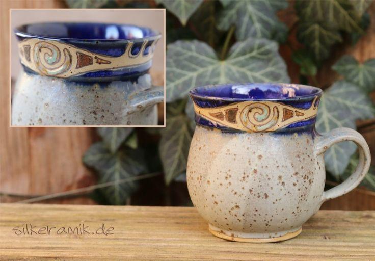 Bauchige Tasse graublau aus Steinzeugton mit verschiedenen Glasuren und verspieltem Intarsienmuster / Spirale. Sie fasst ~0,3 Liter.
