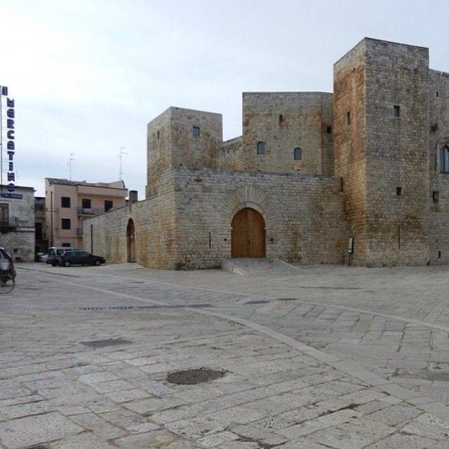 Sannicandro di Bari.. un centro storico medievale che non t'aspetti..   #sannicandrodibari #sannicandro #bari #puglia #castello #federico #normanno #svevo #igerpuglia #igers_puglia #igers_bari #cultureplacespuglia #piazza #square #apulia #castle #pietra #chianca #ulivo #oilSegui