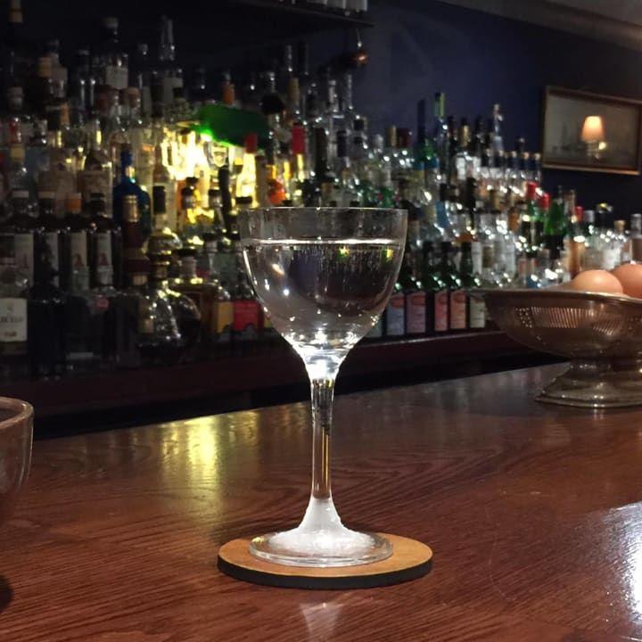 'In meiner Bar machen wir einen Drink, den wir 'Time of the Raj' nennen. Du hast damit den Geschmack und die Frische eines Gin Tonics - aber mit der Perfektion eines Martinis.'— Nate Brown, Eigentümer von Merchant HouseNates Rezept:Koche Tonic auf und dann mische es mit etwas Gin und verrühre das Ganze, bis es abgekühlt ist. Gieße das Getränk in ein gekühltes Glas und garniere es mit Zitronenschale.