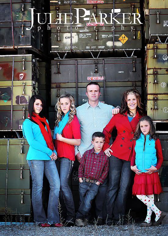 family- good pose: Family Pictures, Family Portraits, Family Photo Color Scheme, Christmas Picture Outfit, Christmas Family Portrait, Family Picture Color Scheme