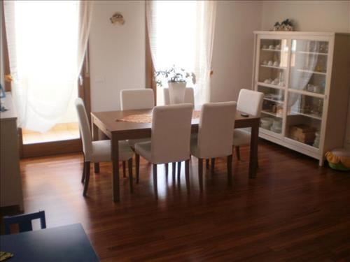 Vigonza - Parquet e tessuti bianchi rendono la sala un ambiente dove potersi rilassare. #design #interiordesign #atticoit #wood #livingroom #white #house #parquet