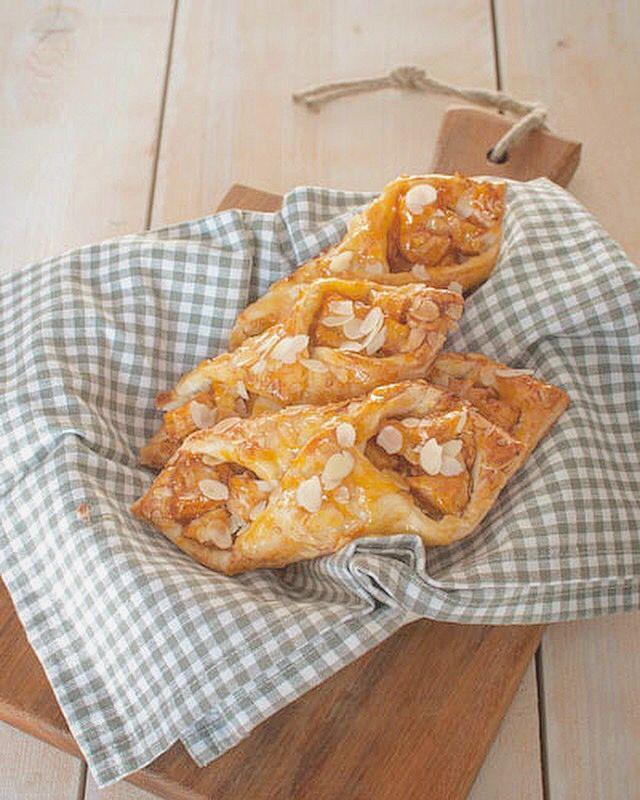 Deze makkelijke appelbroodjes met amandel en abrikozenjam smaken heerlijk bij de koffie. Makkelijk om te maken en supersnel klaar. Iedereen kan dit.
