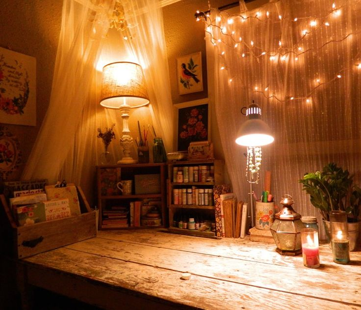 @Katie Schmeltzer Daisy 's workspace. isn't it beautiful?! love the wooden planks for a workspace!
