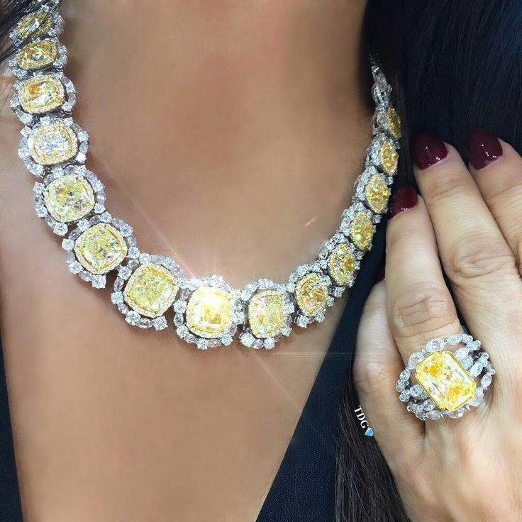 THERE IS NOTHING MELLOW ABOUT THIS YELLOW!!! ☀️ Rocking a @kamyenjewellery fancy yellow cushion cut necklace, and fancy yellow diamond ring and it feels goooooood!!! ️ #thediamondsgirl