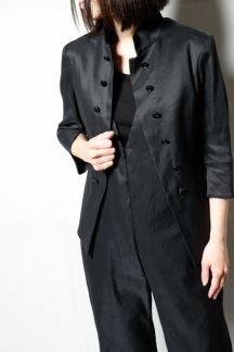 【ストレッチリネンスタンドカラージャケット】麻のストレッチ素材を採用したショートジャケットです。スタンドカラーの7分袖の羽織物はこれからの時期重宝します。釦は飾りで合せが無いタイプです。