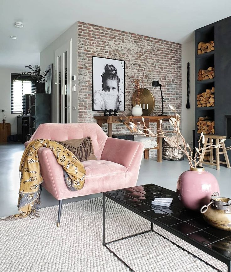 een grove, bakstenen muur gecombineerd met een velvet fauteuil. een mooi contrast!